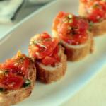 bruschetta de tomate y pesto