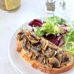 tostada de champiñones con mostaza