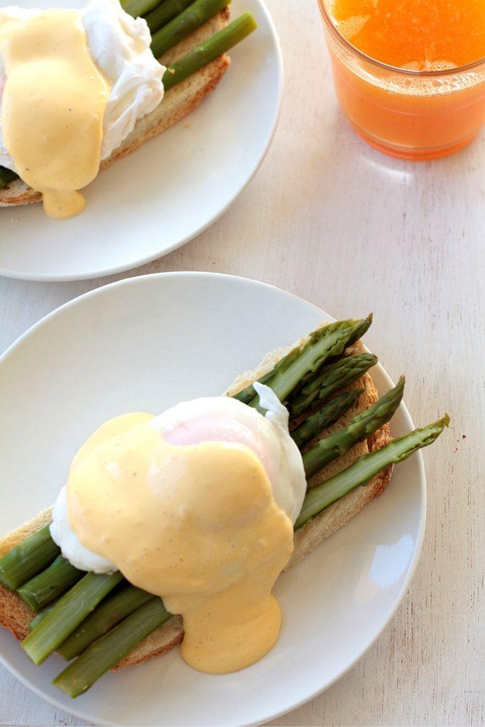 tostada-de-esparragos-y-huevo-con-salsa-holandesa
